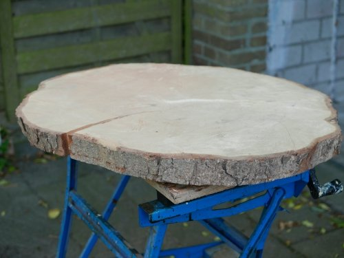 The chestnut slab wood on bench