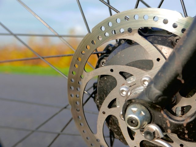 The mechanical disc brakes have no trouble stopping you