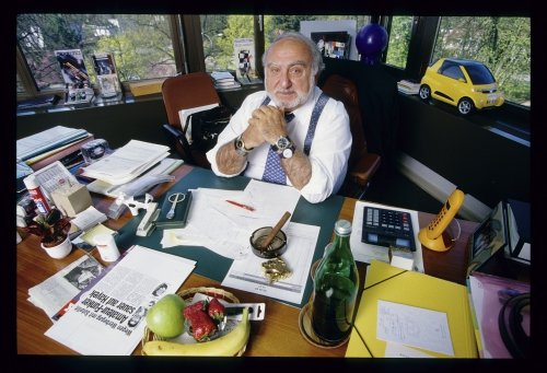 Nicolas G. Hayek, 1999 at his desk in Biel (photo: swissinfo.ch)