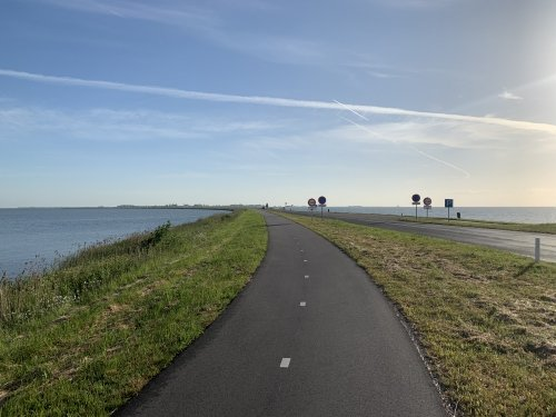 Just you and the road ahead (Zeedijk near Marken)