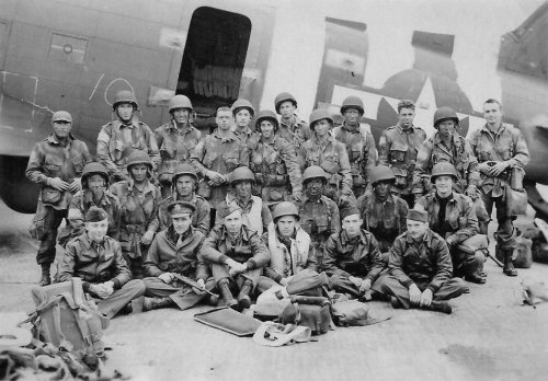 U.S. Army Pathfinders and USAAF flight crew prior to D-Day (June, 1944, RAF North Witham, public domain)