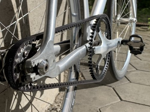 Without the conventional derailleurs the drive train is rather straightforward (60T/22T gear ratio)